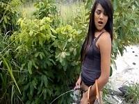 Geile junge Amateur Shemale pisst auf die Strasse kostenloser Transen Natursekt Porno